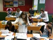 Die Schülerinnen und Schüler gewöhnten sich schnell an die Arbeit mit dem Tablet. (Bild: pd)