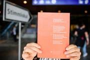 Das Abstimmungsbüchlein in seiner bisherigen Form – hier die Ausgabe für die Abstimmung vom 24. September 2017. (Bild: Manuel Lopez, Keystone)