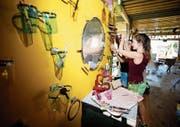 Die freiwilligen Helfer basteln und bauen: Sogar ein Badezimmer gibt es auf dem Festivalgelände. (Bild: Stefan Kaiser (Steinhausen, 30. Juli 2018))