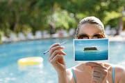 Ein Spruch für die Ansichtskarte ist schnell gefunden, aber welche Briefmarke braucht es für den Versand? (Bild: Getty)