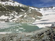 Ein Weg führt zum Aletschgletscher. Im Hintergrund ist ein kleiner See mit Schmelzwasser vom Gletscher zu sehen (Bild: René Meier (Oberwald, 15. Juni 2018))