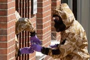 Spezialisten sammeln Proben beim Übergansheim für Obdachlose mitten in Salisbury. Bild: Matt Dunham/AP (Salisbury, 6. Juli 2018)