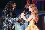 Eveline Suter in der Rolle der Bella mit Istvan Csiszar in der Rolle des Biests auf der Walenseebühne. (Bild: Eddy Risch/Keystone)