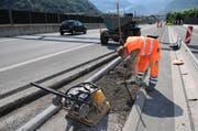 Bei der Autobahn A2 auf der Höhe von Stansstad beginnen die Arbeiter anfangs Juli 2008 mit den Vorbereitungen für den Lärmschutz. (Bild: Corinne Glanzmann, 2. Juli 2008)