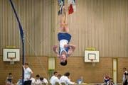 Dominic Tamsel bei einer Übung am Boden in der Sporthalle Oberei in Malters. (Bild: Philipp Schmidli (26. Mai 2018))