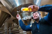 Bierbrauer bei den Tanks in der Brauerei Eichhof, die zu Heineken gehört. (Archivbild: Luzerner Zeitung)