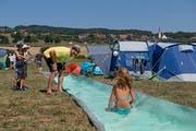 Roland Weingartner (im gelben Shirt) im «Gölpi-Camp» am Baldeggersee, das noch bis am Samstag dauert. (Bild: Corinne Glanzmann)