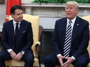 US-Präsident Trump hat den italienischen Regierungschef Conte im Weissen Haus empfangen. Beide verfolgen bei der Flüchtlings- und Einwanderungspolitik einen ähnlich harten Kurs. (Bild: KEYSTONE/EPA Getty Images North America POOL/MARK WILSON / POOL)