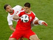 Serbiens Sturmtank Aleksandar Mitrovic im WM-Spiel gegen die Schweiz in einem Zweikampf mit Ricardo Rodriguez (Bild: KEYSTONE/AP/ANTONIO CALANNI)