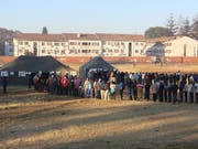 Lange Schlangen vor den Wahllokalen bei der Präsidentenwahl in Simbabwe. (Bild: KEYSTONE/AP/TSVANGIRAYI MUKWAZHI)