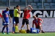 Bitte wechseln: Olivier Custodio (am Boden, Nummer 8) musste im Spiel in Thun ausgewechselt werden. (Bild: Martin Meienberger/Freshfocus)