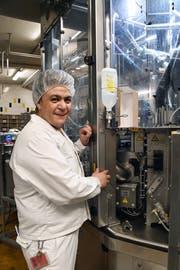 Karam Mansor bedient die vollautomatische Becherfüll- und Verschliessanlage. (Bild: Yvonne Aldrovandi-Schläpfer)