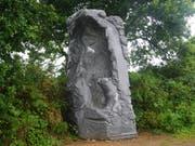 Am Sonntag wurde die Gallusstatue im Tal der Heiligen in der Bretagne eingeweiht: Der Heilige steht unter einem mächtigen Felsen und schaut dem Bären unerschrocken ins Auge. (Bild: Stiftsbibliothek St. Gallen)
