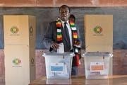 Emmerson Mnangagwa gestern bei der Stimmabgabe. (Bild: Jerome Delay/AP; Kwekwe/Zentral-Simbabwe)