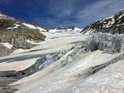 Ein Teil des Aletschgletschers, der für Touristen zugänglich ist, ist mit einem Fliess abgedeckt (Bild: René Meier (Oberwald, 15. Juni 2018))