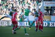 Zwei Spiele, zwei Tore: St.Gallens Verteidiger Silvan Hefti (Mitte) offenbart ungeahnte Qualitäten als Goalgetter. (Bild: Ralph Ribi)