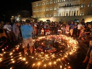 Mahnwache am Montagabend in Athen in Erinnerung an die über 90 Todesopfer der Waldbrände. (Bild: KEYSTONE/EPA ANA-MPA/ALEXANDROS BELTES)