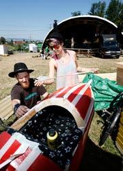 Stefan Rohner und Tanja Mathis malen an der Rakete. (Bild: Stefan Kaiser (Steinhausen, 30. Juli 2018))