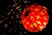 Lampions dürfen am 1. August gezündet werden. Es ist jedoch grösstmögliche Vorsicht geboten (Bild: Salvtore di Nolfi / Keystone)