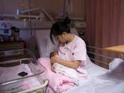 Muttermilch unmittelbar nach der Geburt gilt als erste Impfung für das Baby. (Bild: KEYSTONE/EPA/JEROME FAVRE)