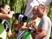 Ironman-Switzerland-Gewinner Jan van Berkel und Sarah Meier (gönnt sich einen Schluck Champagner) heiraten am Freitag (Bild: KEYSTONE/MELANIE DUCHENE)