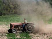 Bauern handeln vermehrt Online: Der Begriff «Traktor» ist im Jahr 2017 bei «ricardo.ch» am vierthäufigsten ins Suchfeld eingetippt worden. (Bild: KEYSTONE/GEORGIOS KEFALAS)