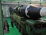 Nordkoreas Machthaber Kim Jong Un inspiziert eine Interkontinentalrakete des Typs Hwasong-15. (Bild: KEYSTONE/AP KCNA via KNS)