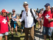 Bundespräsident Alain Berset war am Vortag des 1. August in der Freiburger Region Schwarzsee mit rund 120 Personen auf einer Wanderung. (Bild: KEYSTONE/PETER KLAUNZER)