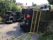 Der Traktor mit Anhänger kippte zur Seite. (Bild: Luzerner Polizei)
