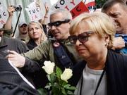 Die Präsidentin des Obersten Gerichtshofes in Polen, Malgorzata Gersdorf, widersetzt sich dem von der Regierung angeordneten Zwangsruhestand und erscheint - gefeiert von Regierungsgegnern - zur Arbeit. (Bild: KEYSTONE/AP/CZAREK SOKOLOWSKI)