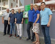 Die Sponsoren und Gönner des Defibrillators an der Olympstrasse in Brunnen (von links): Baudirektor Othmar Reichmuth, Ernst Beeler (Arnold Dettling AG), Urs Casagrande (Gemeinderat Ingenbohl), Erich Tonazzi (Tonazzi AG), Verena Tonazzi (Tonazzi AG) und Tino Schwegler (Stös-sel + Co. AG). (Bild: PD)