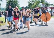 Hip-Hop-Fans strömen auf das Festival-Gelände. (Bilder: Andrea Stalder)