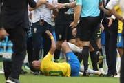 Oscar-reif: Neymar wälzt sich auf dem Boden. (Bild: AP Photo/Thanassis Stavrakis, Samara, 2. Juli 2018)