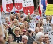 Demonstranten vor dem Obersten Gericht in Warschau. (Czarek Sokolowski/AP, 4. Juli 2018)