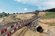 Der Radweg wird durch einen Sicherheitstunnel geleitet und der Knodenbach weitgehend offen gelegt. (Bild: Cornelia Bisch (Dietwil, 4. Juli 2018))