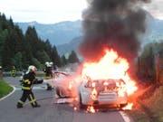 Wohl ein technischer Defekt führte zum Brand dieses Autos auf der Satteleggstrasse in Vorderthal SZ. (Bild: Kantonspolizei Schwyz)
