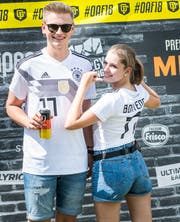 Pascal Wodarz und Lena Lauble zeigen stolz ihr Fussballtrikot am Open Air.
