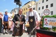 Am Kaiserfest in Kufstein: Stadtpräsident Anders Stokholm sticht das Fass an, Kufsteins Bürgermeister Martin Krumschnabel hält den Bierkrug. (Bild: Stadt Kufstein/Carmen Kleinheinz)