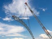 Am Mittwoch ist bei der Sondermülldeponie Kölliken AG der letzte Stützträger der Hallenkonstruktion abgebaut worden. Die 668 Millionen Franken teure Sanierung neigt sich langsam dem Ende zu. (Bild: Keystone/GEORGIOS KEFALAS)