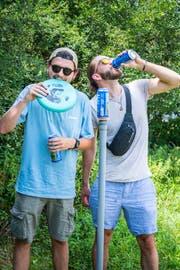 Orlando Syfrig und Dominic Bucher bei einer verdienten Pause beim «Beersbee».