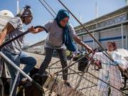 Frauen gehen nach der Ankunft in Barcelona von Bord der «Open Arms». (Bild: KEYSTONE/AP/OLMO CALVO)