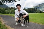 Geniesst ihre Ferien: Yvonne von Deschwanden mit Hund Theo beim Golfplatz Engelberg. (Bild: Corinne Glanzmann (4. Juli 2018))