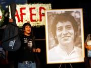 Fast 45 Jahre nach der Ermordung des chilenischen Sängers Víctor Jara sind ehemalige Militärs zu Gefängnisstrafen verurteilt worden. (Bild: Keystone/AP/Roberto Candia)