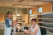 Die Verkäuferinnen Marlis Lieberherr und Margrith Bühler präsentieren den neuen Fabrikladen der Morga AG. (Bild: Corinne Bischof)