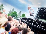 Stagediving in Lustenau: Billy Lunn von der britischen Indie-Rock-Band The Subways nimmt ein Bad in der Menge. In diesem Jahr spielt das Trio am Poolbar Festival in Feldkirch. (Bild: ARCHIV SZENE OPENAIR)