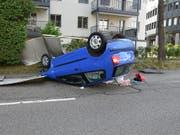 Plakatständer abgeräumt: Auto kippt nach Kollision in Emmenbrücke aufs Dach. (Bild: Luzerner Polizei)