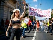 «Tamedia tue vos medias» (Tamedia tötet eure Medien): Mit diesem Slogan zogen Westschweizer Journalistinnen und Journalisten durch die Strassen von Lausanne. (Bild: Keystone/VALENTIN FLAURAUD)