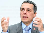 Aussenminister Ignazio Cassis erläutert den Stand der Verhandlungen mit der EU über ein Rahmenabkommen. Im Sommer soll es Gespräche mit den Sozialpartnern über die roten Linien geben. (Bild: KEYSTONE/ANTHONY ANEX)