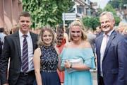 Roger Affolter, Michelle Beck und Nathalie Schwegler (von links) freuen sich mit Volkswirtschaftsdirektor Matthias Michel (rechts) über das Diplom. (Bild: Bildxzug/PD)