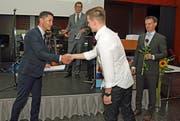 Der neue Bildungsdirektor Christian Schäli (links) überreicht Flamur Sulja aus Sarnen das Zeugnis. (Bild: Robert Hess (Sarnen, 3.Juli 2018)